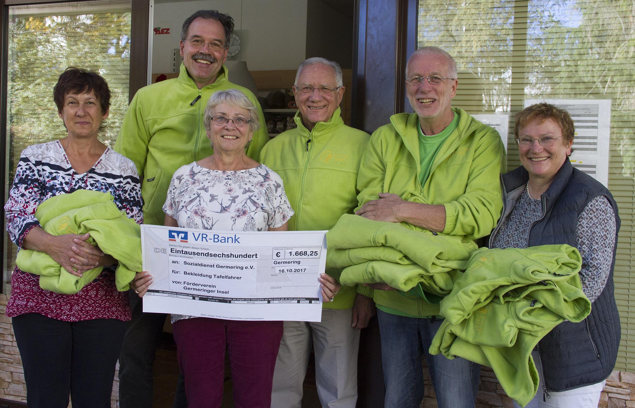 Der Förderverein Germeringer Insel spendet neue Kleidung für die Tafel-Mitarbeiter
